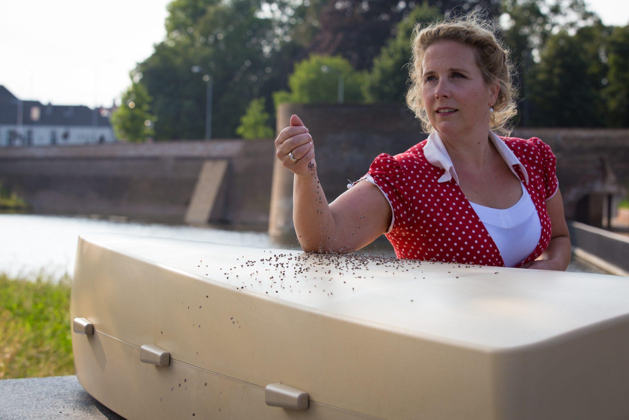 Marieke Havermans bij de ecologische uitvaartkist